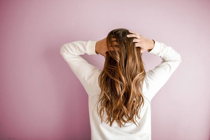 Różnica pomiędzy włosami naturalnymi a syntetycznymi